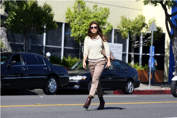 eva-mendes-walking-dog-in-hollyowood