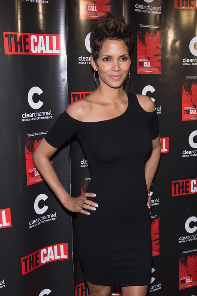 halle-berry-the-call-premiere-chicago-helmut-knit-cold-shoulder-dress-brian-atwood-uma-sandals-2
