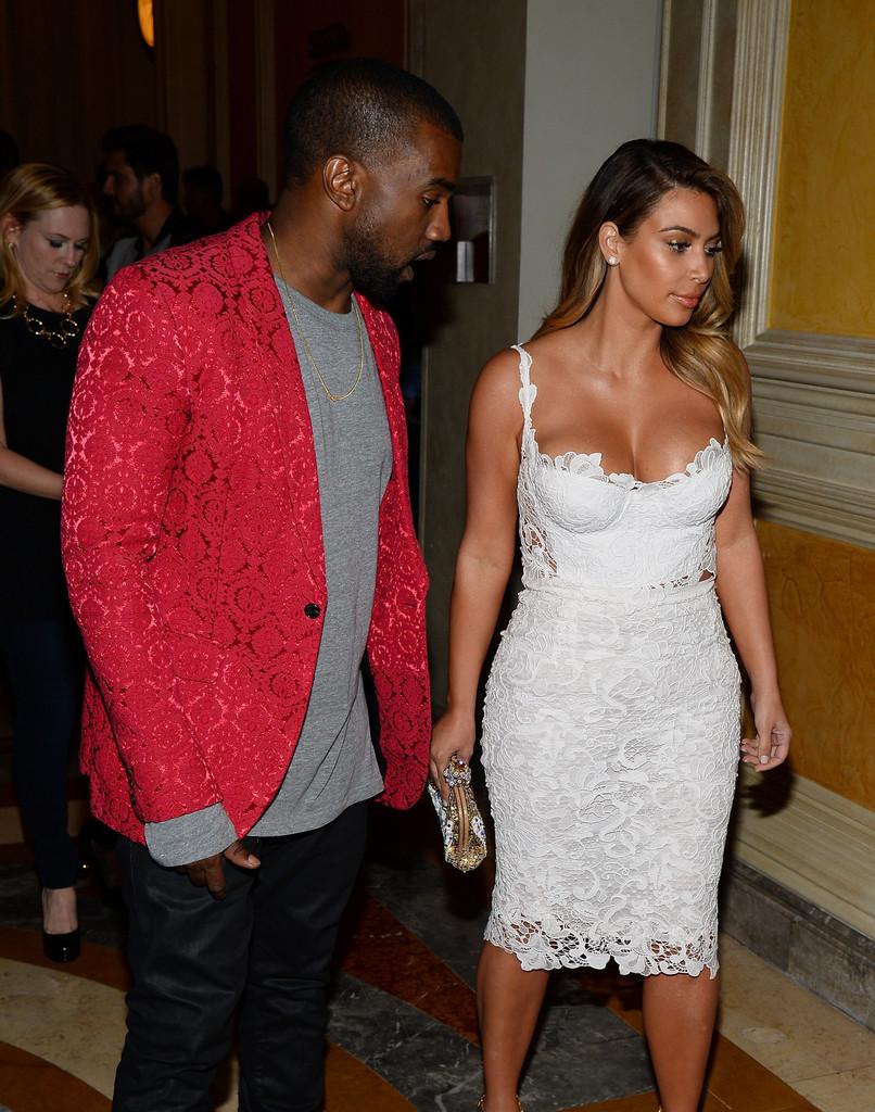 kim-kardashian-tao-nightclub-vegas-dolce-gabbana-white-lace-crop-top-pencil-skirt-2